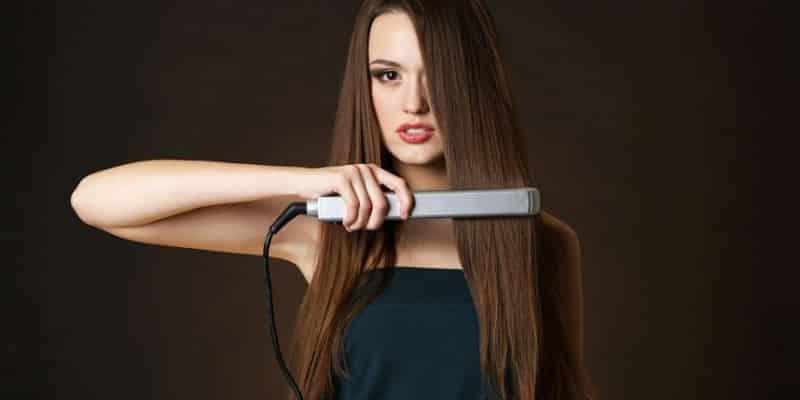 Mujer con plancha para el pelo